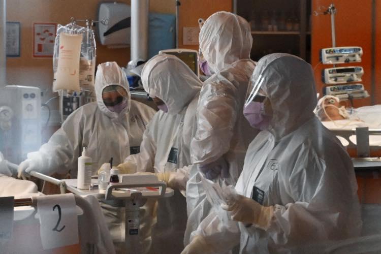 Covid-19 virologo Crisanti contagiati Italia