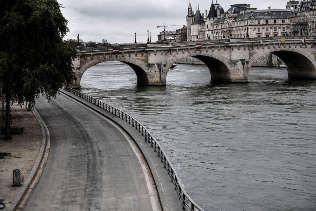 Coronavirus fuori controllo in Francia: oggi Macron annuncerà il lockdown totale