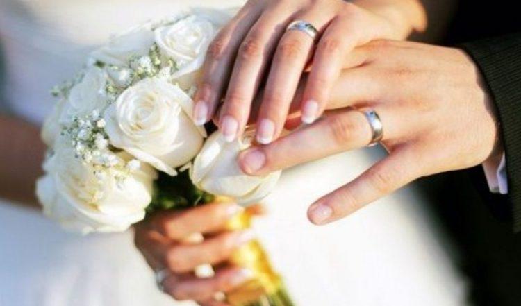 Irrompe al matrimonio dell'amante: