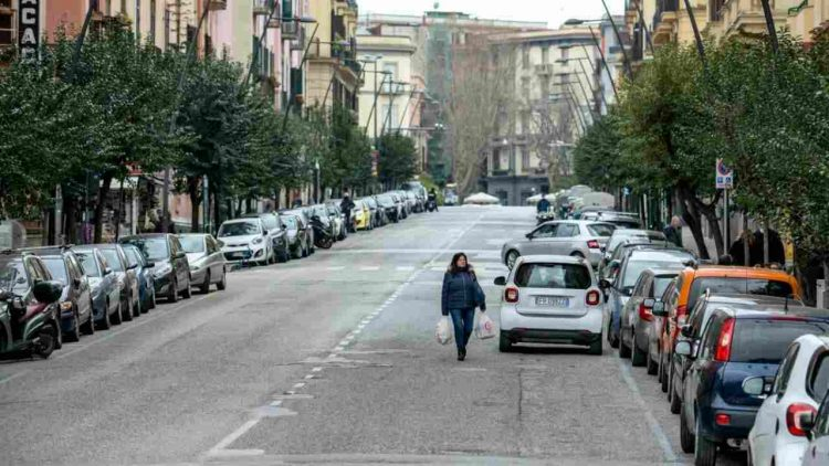 A Napoli folla sul lungomare e ristoranti pieni