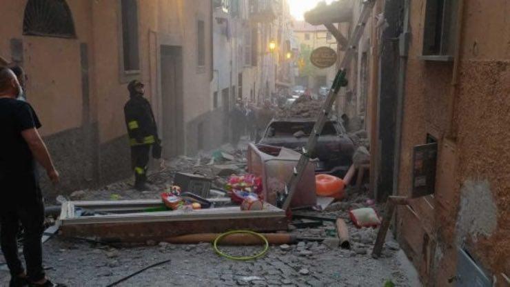 Crolla palazzina vicino Roma si scava tra le macerie