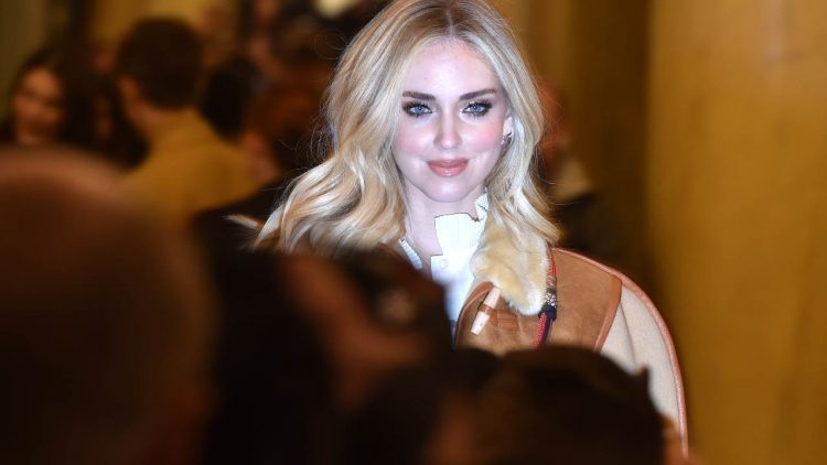 Chiara Ferragni al maneggio con Leone: il look