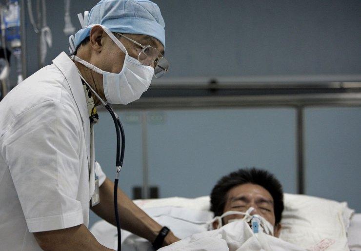 Zhong Nanshan con un paziente (GettyImages)
