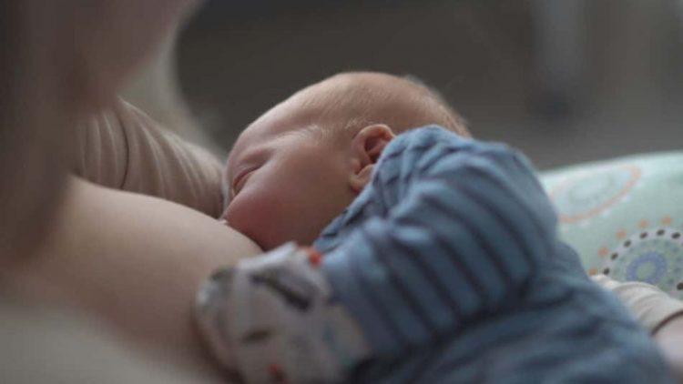 i neonati piangono la notte