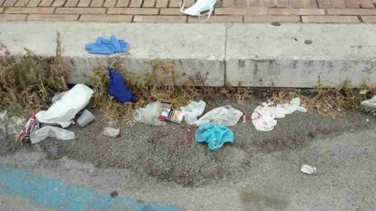 Mascherine e guanti gettati a terra (foto dal web)