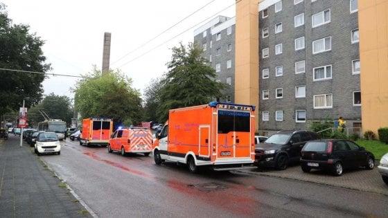 Ambulanze sotto al condominio della strage