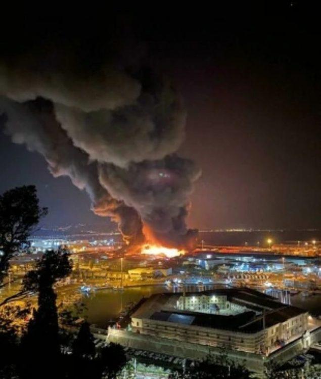 Fiamme alte nel porto di Ancona