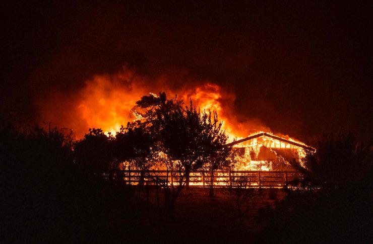 Incendio casa macerie colpo di scena