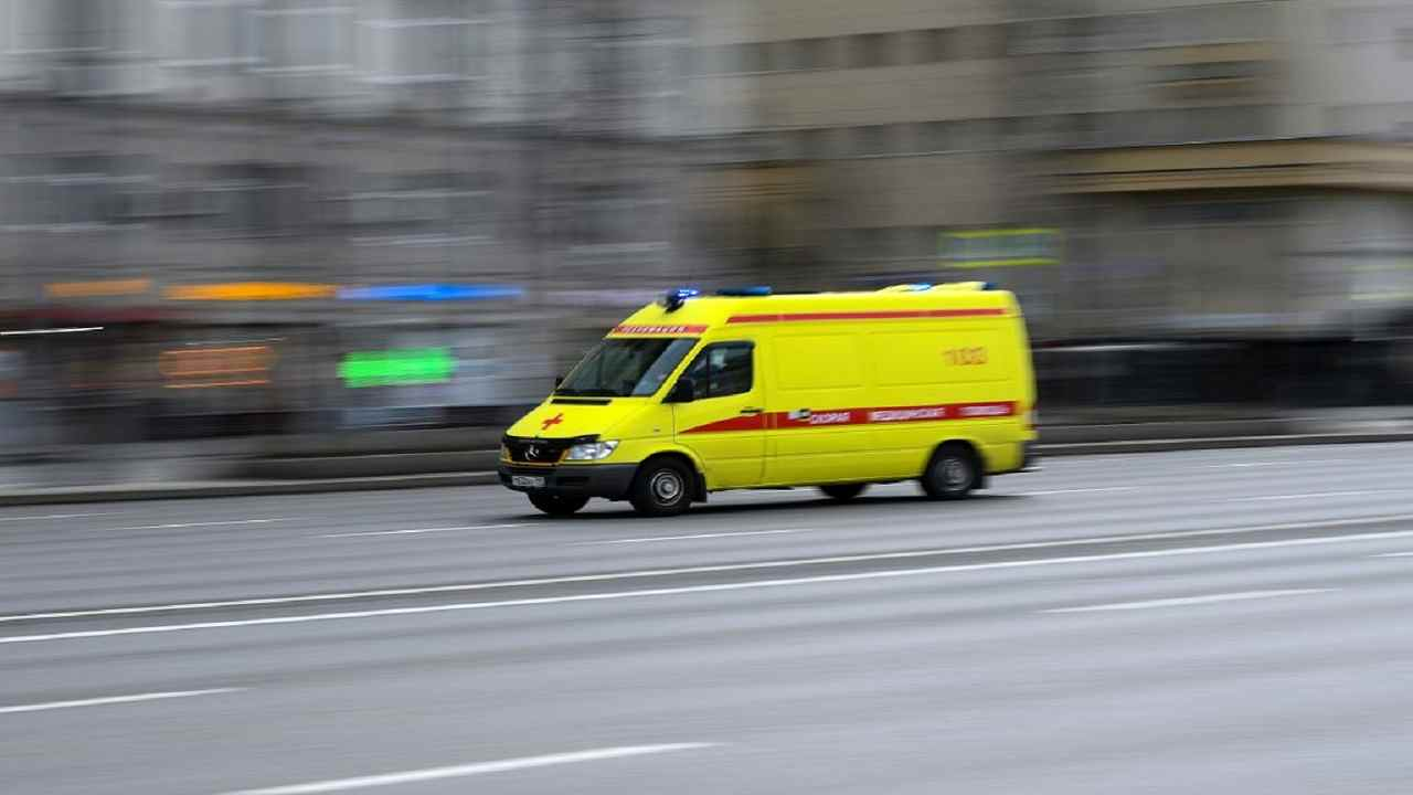 Lo smartphone in carica cade nella vasca: giovane commessa muore fulminata