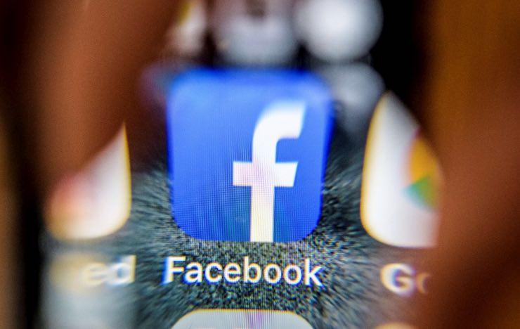 Facebook grassetto smartphone computer storie