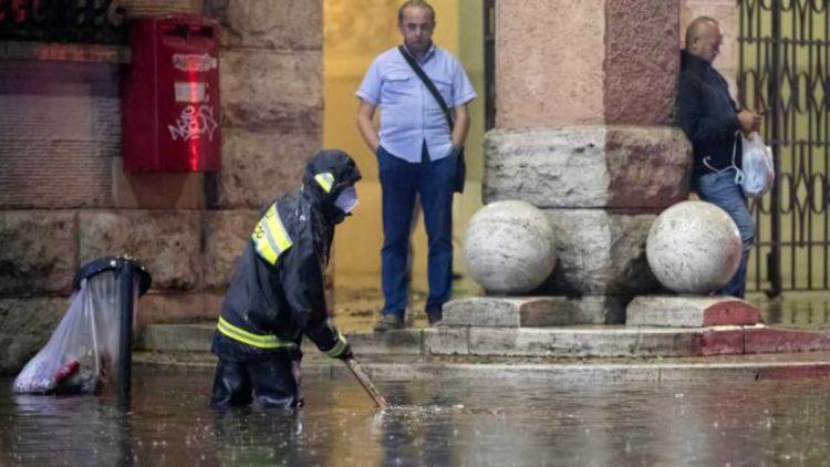 Vigile del fuoco in azione a Roma durante il nubifragio (Fonte Facebook)