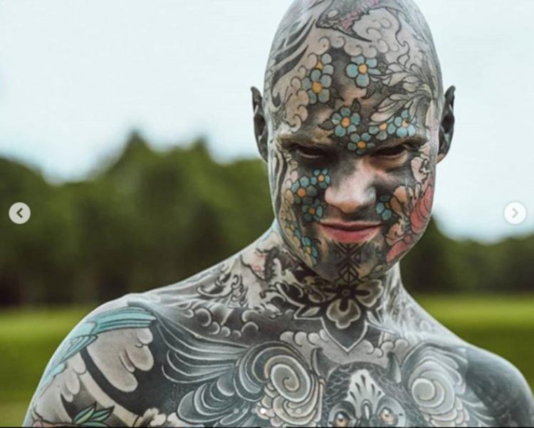 Troppi tatuaggi, cacciato
