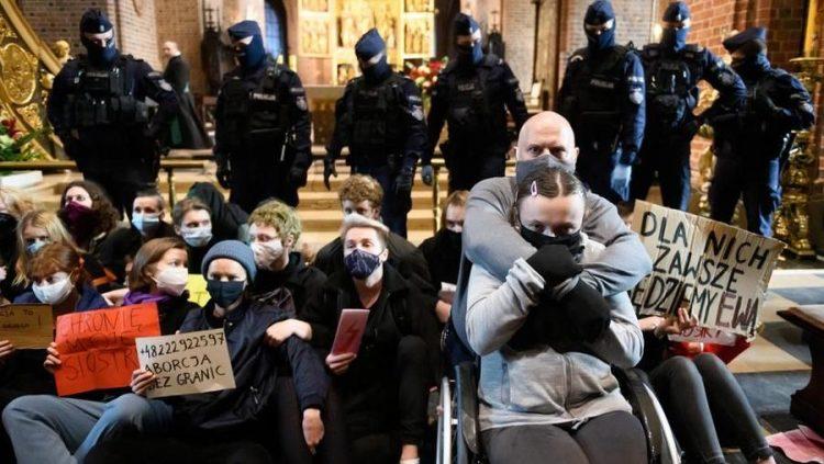 Polonia legge contro l'aborto chiese distrutte