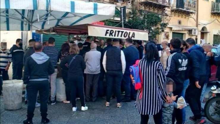 """La folla davanti al """"frittolaro"""" a Ballarò, Palermo (foto Today)"""