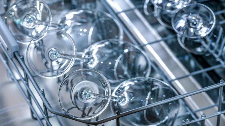 Lavastoviglie, quali prodotti sono esclusi (Foto di Photo Mix da Pixabay)