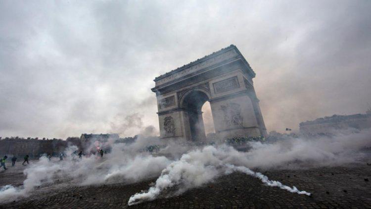 Auto incendiate e scontri in piazza Parigi presa d'assalto
