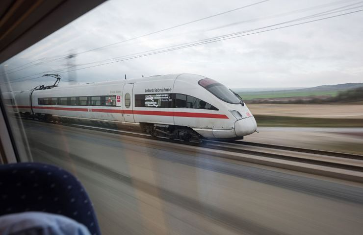 Parrucchiera di 47 anni si getta sotto un treno