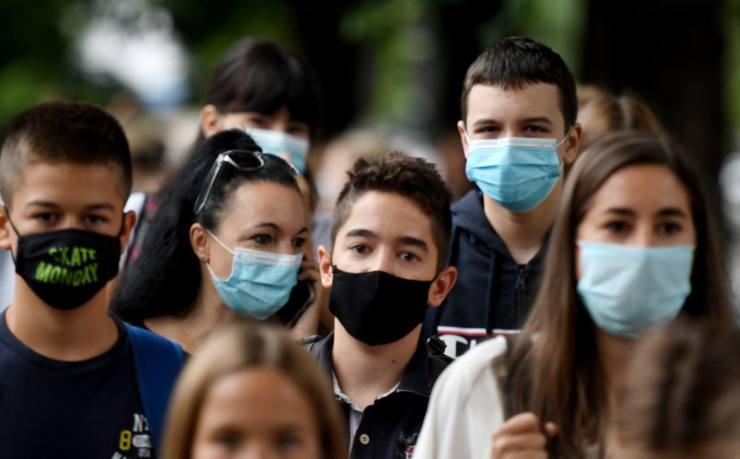 Giovani con mascherina