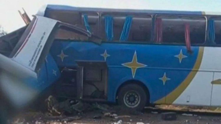 Scontro frontale tra pullman e camion, almeno 40 morti