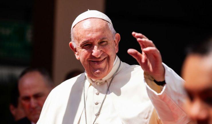 Papa Francesco, cuoricino su Instagram a una modella brasiliana: il Vaticano indaga