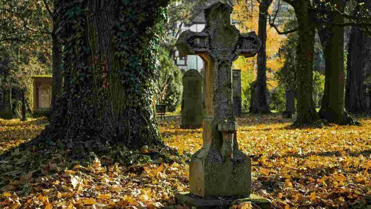 vedova al cimitero con l'amante