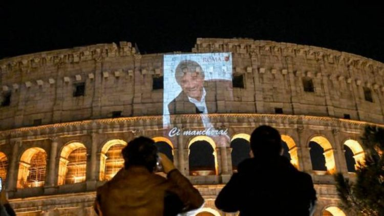 Gigi Proietti, la sua immagine sul Colosseo (forto dal web)