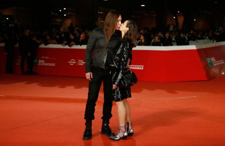 Manuel Agnelli bacio con la moglie Francesca Risi