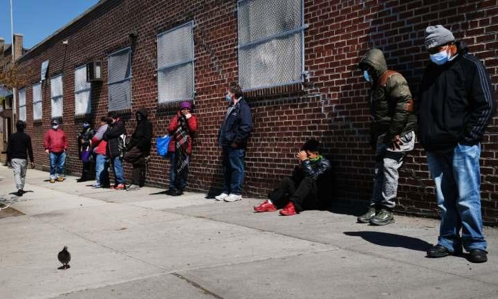 bisognosi in fila vengono multati