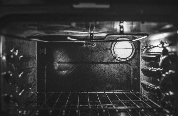pulire forno incrostato