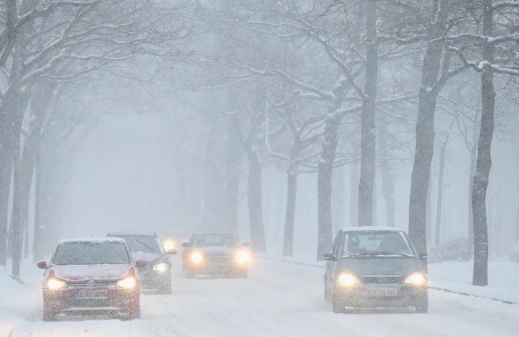 donna bloccata Traffico neve