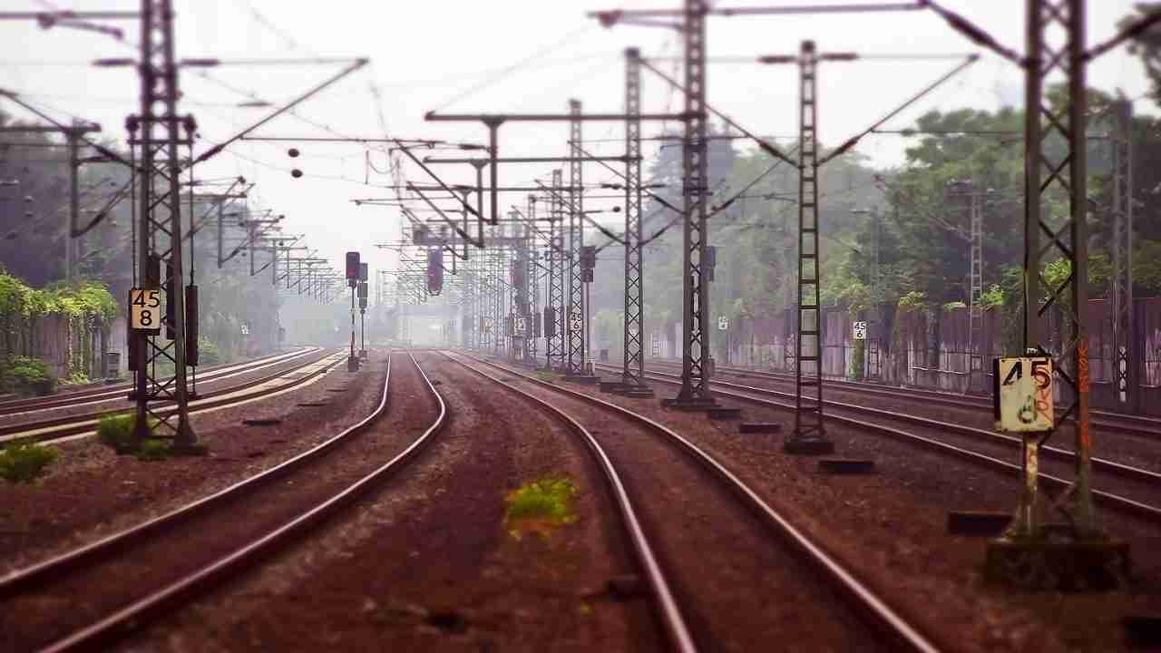 Roma uomo travolto treno sui binari