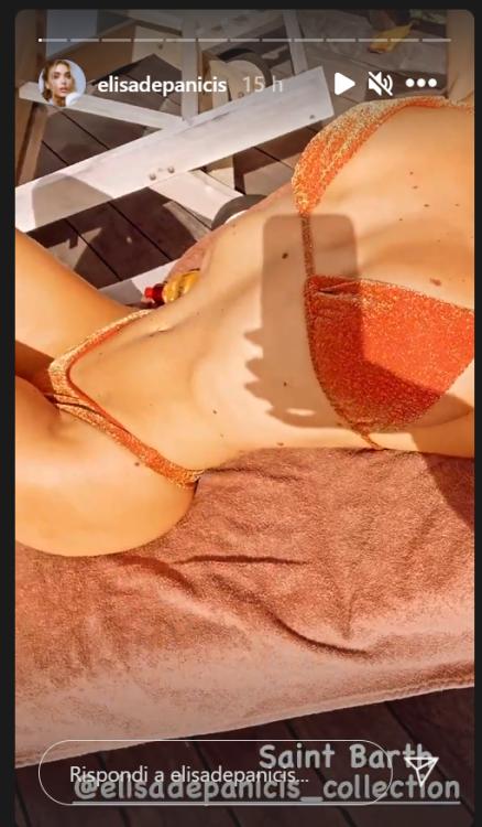 Elisa De Panicis, il seno le esplode sotto il sole delle Antille. Uno schianto in bikini