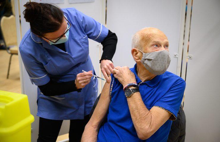 E' arrivato in Italia il primo furgone con le fiale del vaccino Pfizer-Biontech