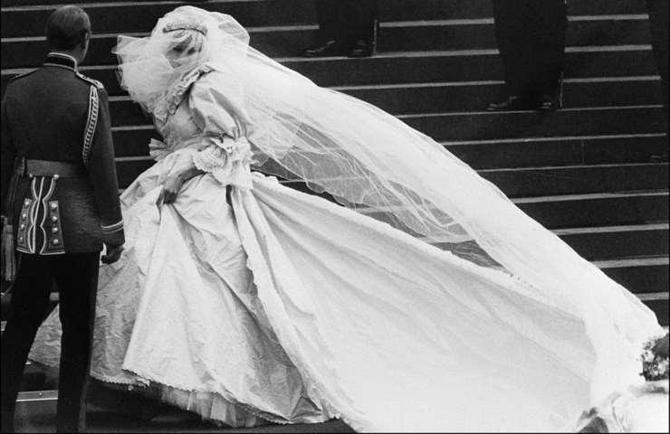 The Crown: la storia delle scarpe reali indossate da Diana alle nozze