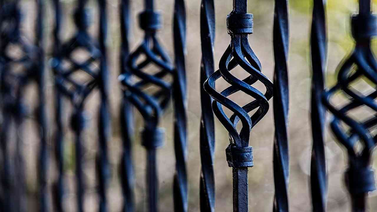 Treviso cade dal terrazzo infilzata recinzione