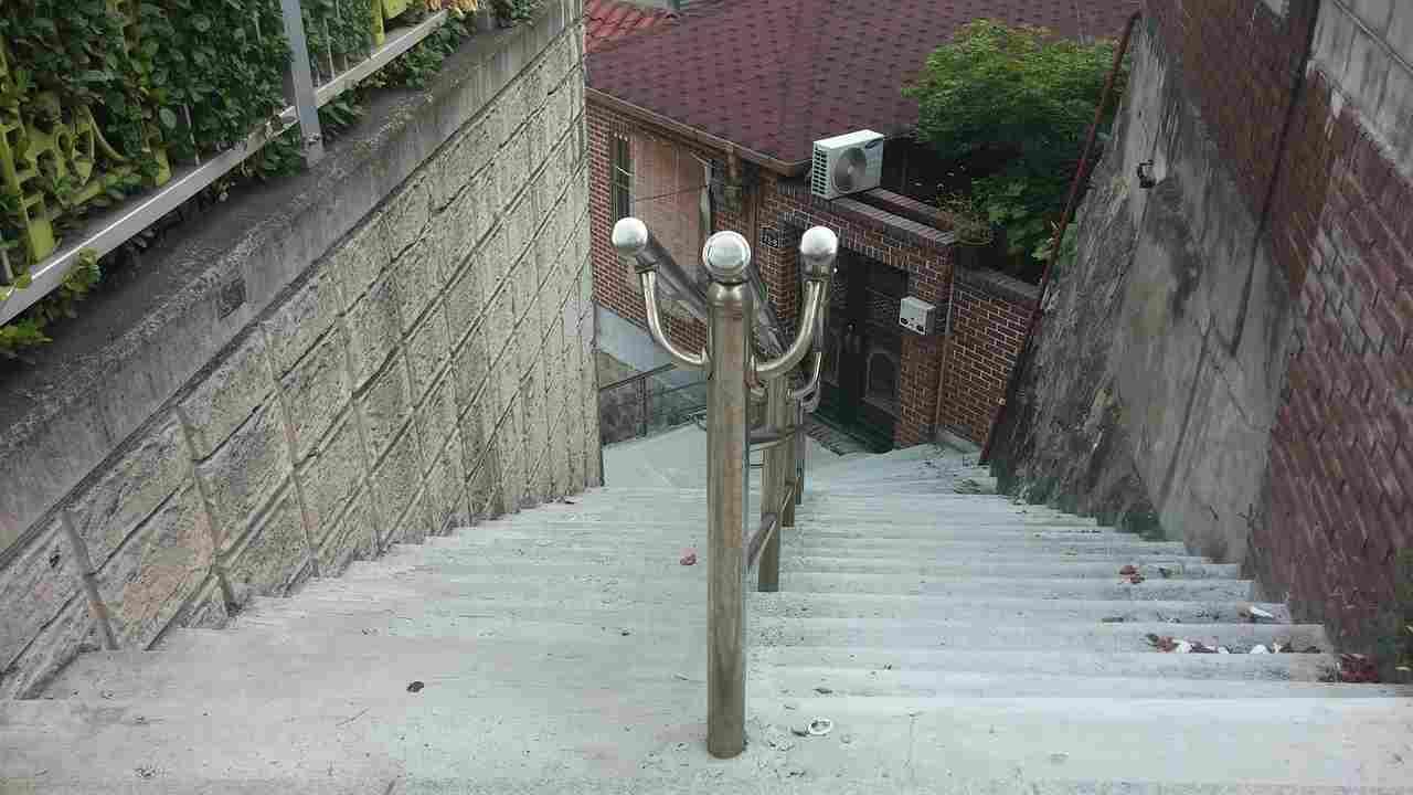 Brescia cade scale muore uomo fratello