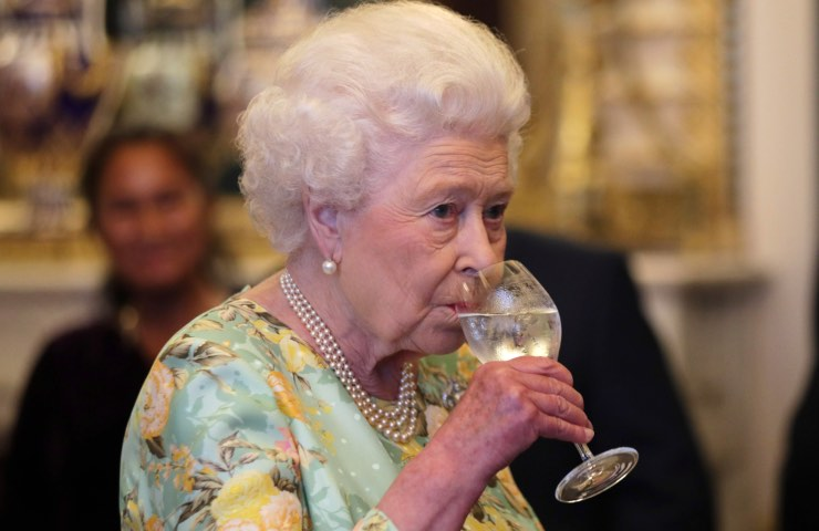 Elisabetta II scandalo corte