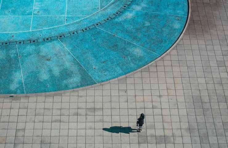 Bambina annega in una piscina