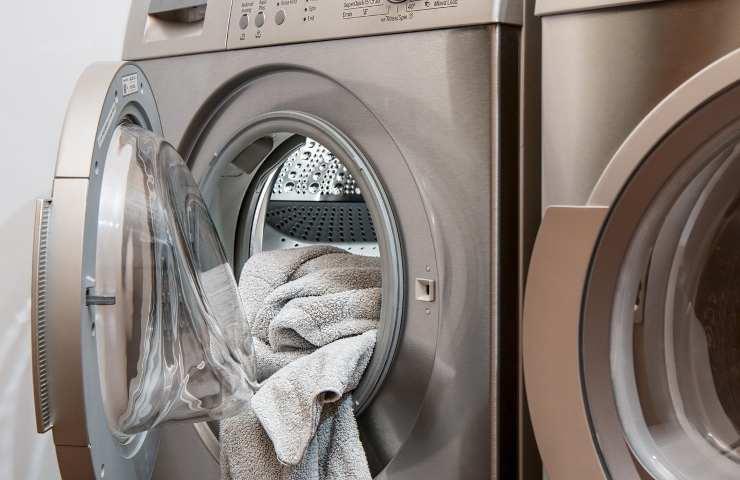 Dimentica il bucato nell'asciugatrice e la lavanderia self service va a fuoco