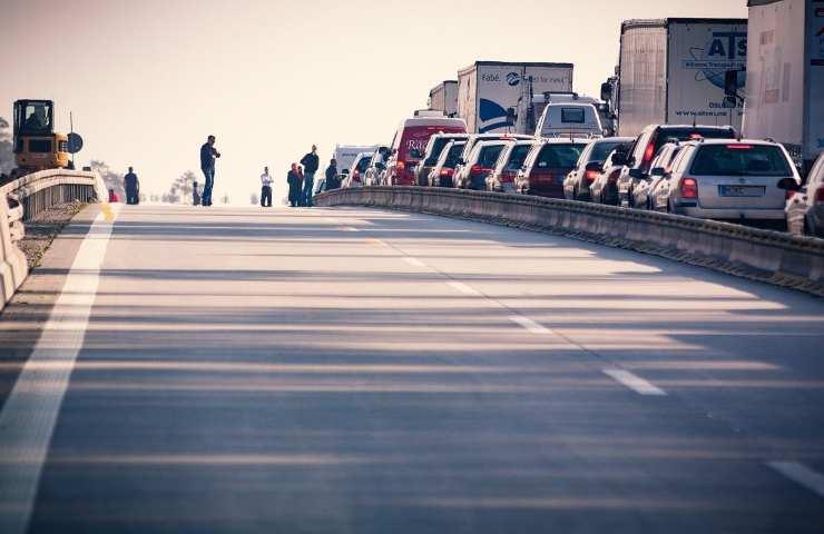 Precipita con l'auto giù da un ponte, morto il conducente 35enne alla guida