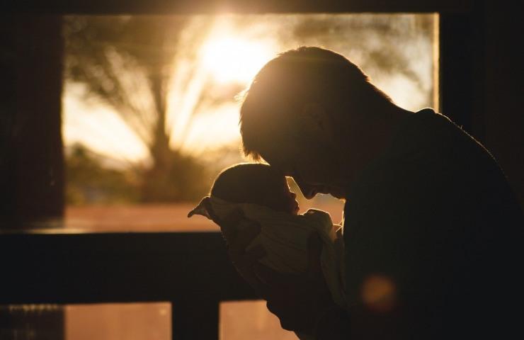 La figlia neonata piange troppo e il padre la uccide in modo barbaro