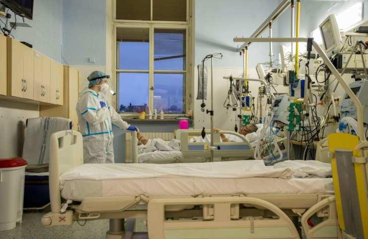 Antonia e Italo ricoverati insieme: lei esce dall'ospedale, il bacio commuove tutti