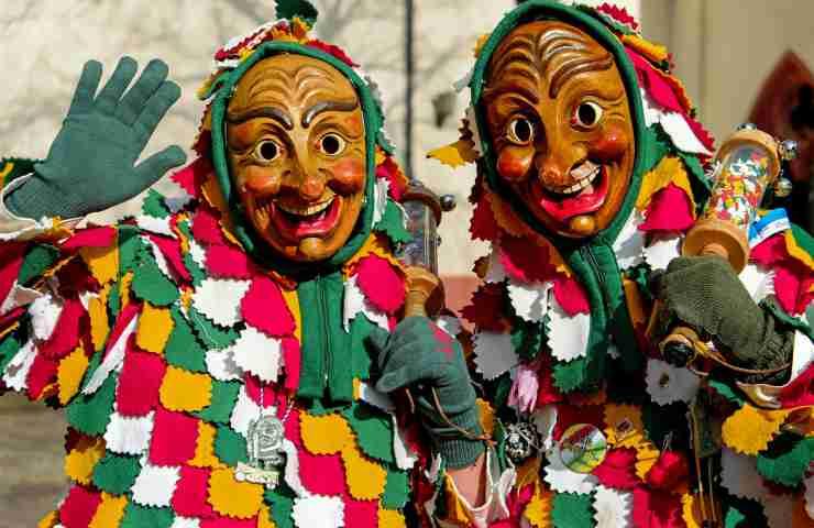 due persone vestiti in occasione del Carnevale