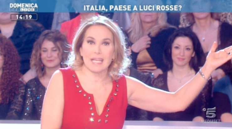Barbara d'Urso a Domenica Live nel 2014, a rischio cancellazione per i servizi spinti