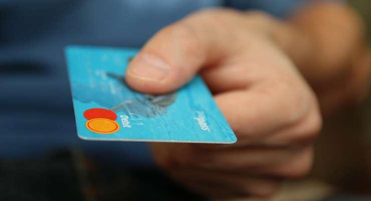 Pagamento con la carta di credito, necessaria per il cashback