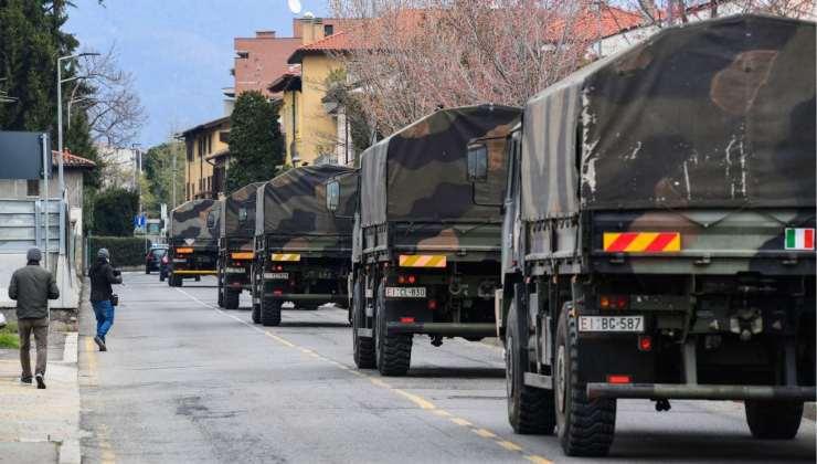 Fila di camion dell'Esercito che portano via le bare dall'ospedale di Bergamo - Getty Images
