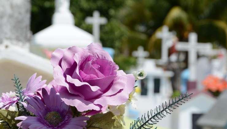 Fiori al cimitero per il 17enne di Salerno morto di bronchite