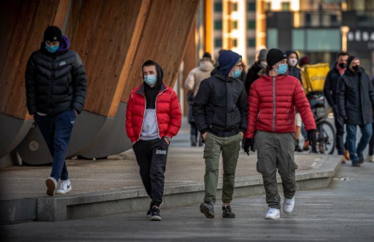 Folla per le strade di Milano