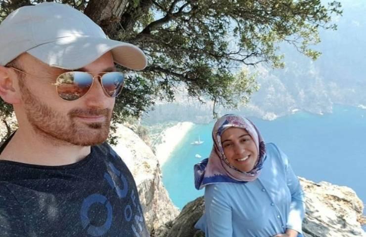 Uomo uccide moglie scogliera selfie