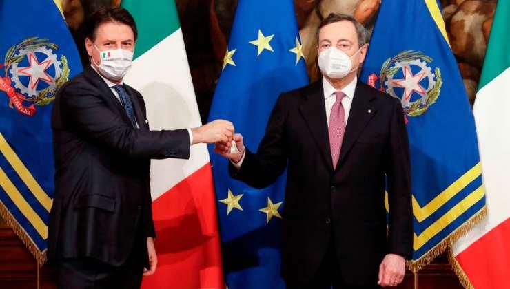 Il passaggio delle consegne fra Giuseppe Conte e Mario Draghi - Getty Images